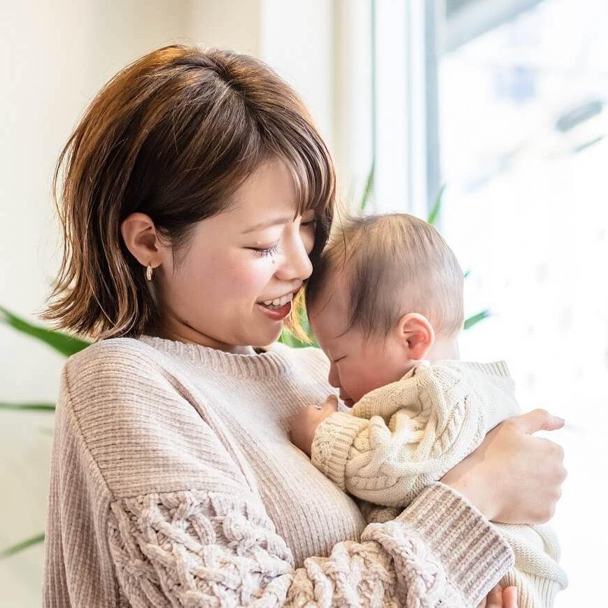 赤ちゃんを抱っこしているMG様