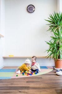 待合で遊ぶ2人の赤ちゃん