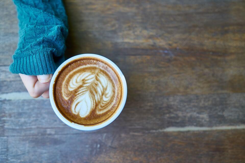 コーヒーを持つ右手