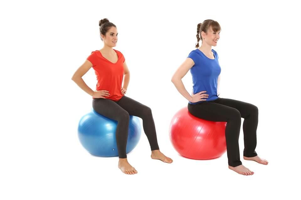エクササイズボールに座って骨盤底筋群などのインナーマッスルを鍛えている2人の女性
