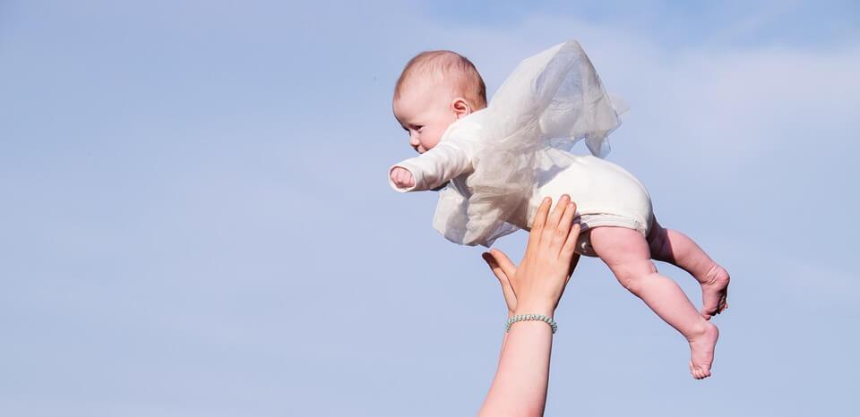 抱っこで空中に投げられる赤ちゃん
