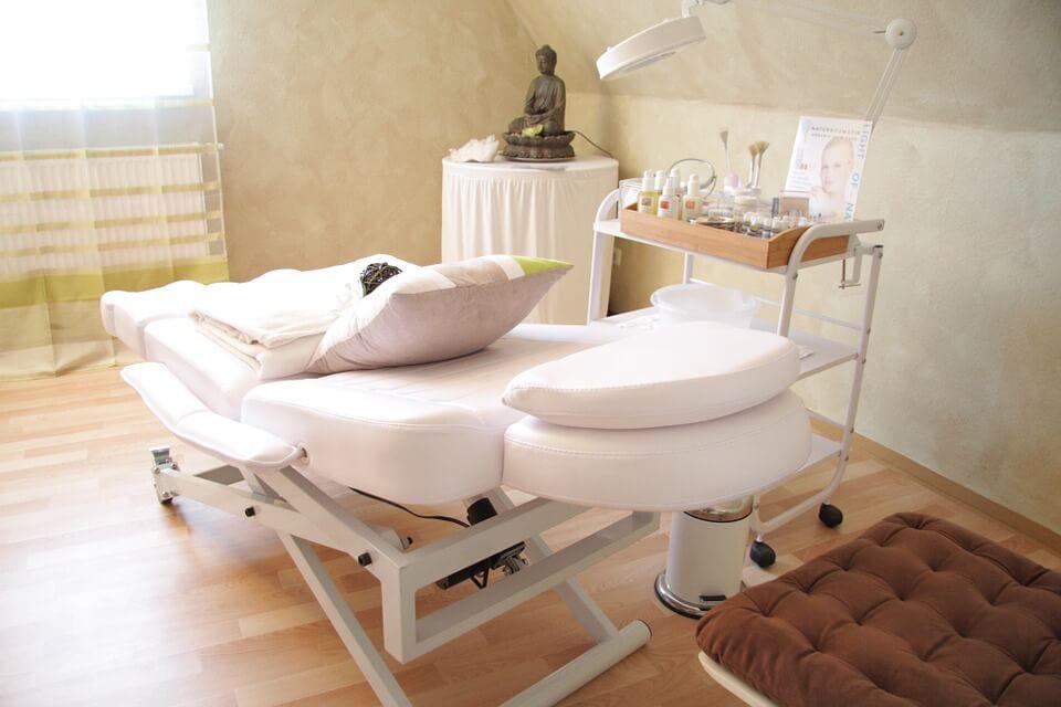 白いベッドが置かれた施術室