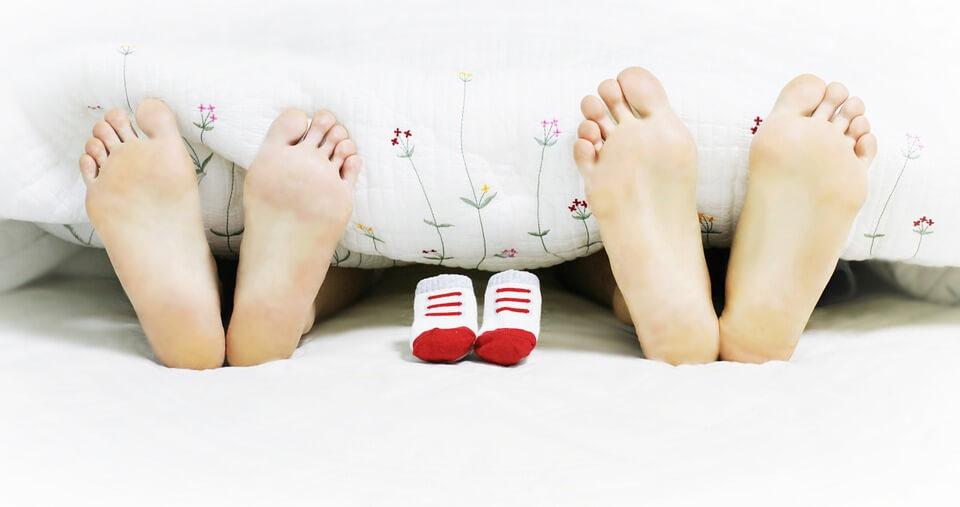 布団から出た親子3人の足の裏