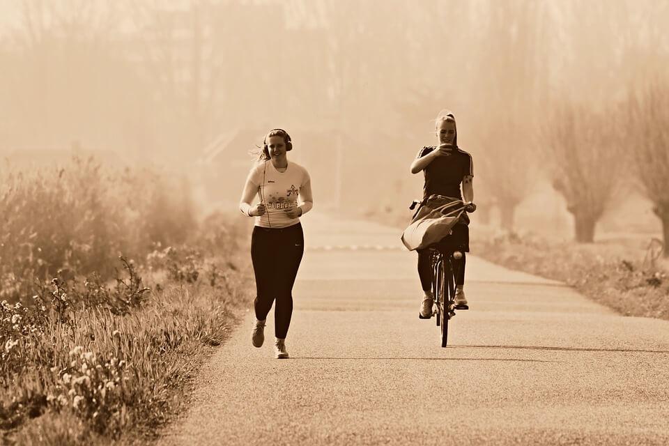 ランニングする女性と自転車で伴走する女性